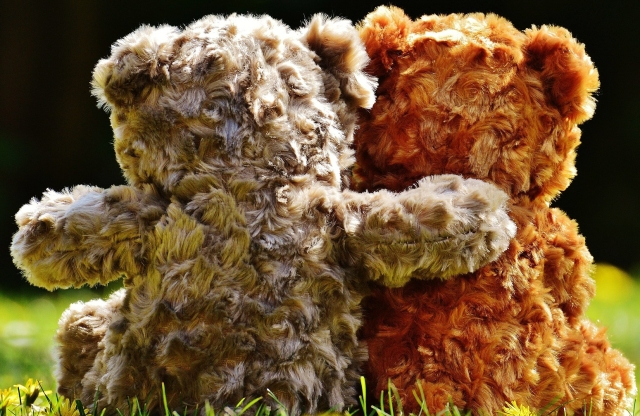 teddy bears hugging